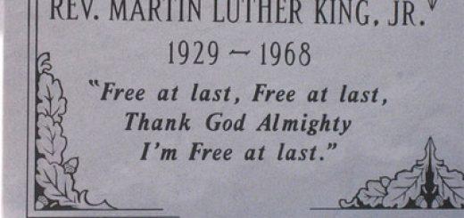 Épitaphe écrite sur le tombeau de Martin Luther King (15 janvier 1929 - 4 avril 1968), d'après un vieux negro spiritual, qu'il a cité à la fin de son discours « I have a dream » : Free at last. Free at last, Thank God Almighty, I'm free at last. (« Enfin libre. Enfin libre, merci Dieu tout-puissant, je suis enfin libre. »