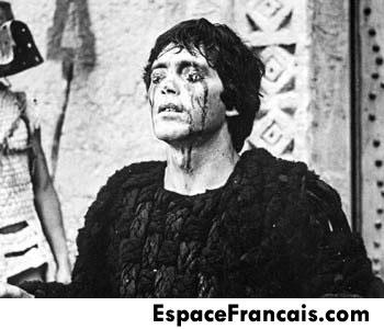 Œdipe se crève les yeux de désespoir...  Pier Paolo Pasolini, Œdipe roi (Edipo Re), 1967.